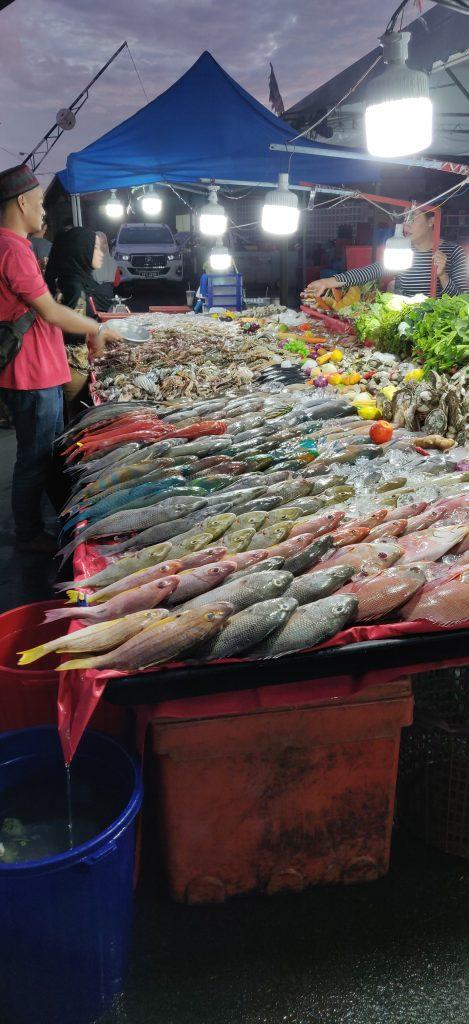 Päivän saalista tarjolla Kota Kinabalun satamassa (Borneo).