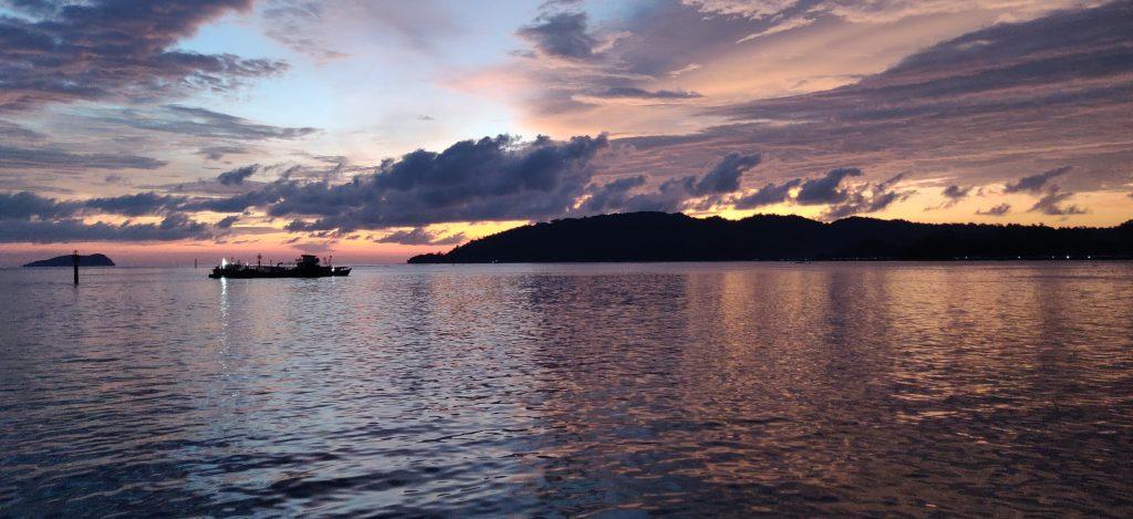 Auringonlasku Kota Kinabalun satama-alueella (Borneo)