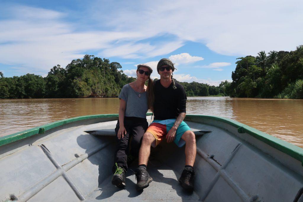 Pariskunta Kinabatang joella Borneossa